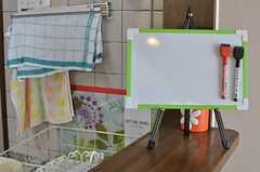 キッチン前にはコミュニケーションボードが置いてあります。(2014-03-24,共用部,KITCHEN,2F)