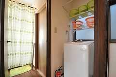 水まわりの様子。手前にランドリー、ドアの先がトイレ、奥がバスルームです。(2014-03-24,共用部,OTHER,2F)