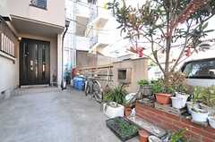 玄関前が自転車置場です。(2014-03-24,共用部,GARAGE,1F)