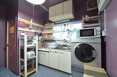 キッチンが併設されています。(2015-04-02,共用部,LIVINGROOM,1F)