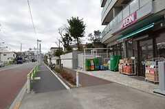 最寄のバス停を降りると目の前にスーパーがあります。(2015-01-07,共用部,ENVIRONMENT,1F)