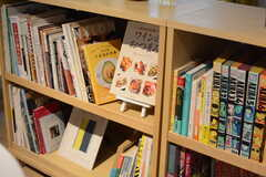 本棚には雑誌やマンガなどが置かれています。(2017-08-29,共用部,LIVINGROOM,2F)