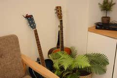 植物に隠れたギター。(2017-08-29,共用部,LIVINGROOM,2F)