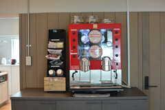 コーヒーマシンが設置されています。ローストコーヒーとエスプレッソの2種類が選べます。(2021-07-05,共用部,LIVINGROOM,2F)
