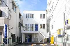 シェアハウスの外観。2Fから上がシェアハウスです。(2012-01-10,共用部,OUTLOOK,1F)