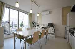 ダイニングの様子3。掃き出し窓からはバルコニーにも出られます。(2012-01-10,共用部,LIVINGROOM,2F)