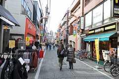 最寄りの東武東上線・大山駅までの道のりは商店街を抜けます。(2012-01-10,共用部,ENVIRONMENT,1F)