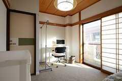 専有部の様子。掃き出し窓からベランダに出られます。(203号室)(2013-01-17,専有部,ROOM,2F)