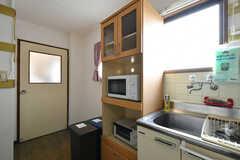 キッチンの様子2。ドアの先は共用スペースになります。(2020-06-15,共用部,KITCHEN,3F)
