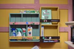 掃除用具は壁の棚に。オリジナルのステンシルでデコレーションされています。(2020-10-13,共用部,OTHER,1F)