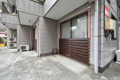 窓の外に洗濯物が干せます。(102号室)(2020-10-13,専有部,ROOM,1F)