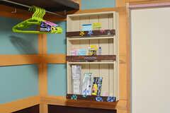 棚の様子。文房具類も備品です。(104号室)(2020-10-13,専有部,ROOM,1F)