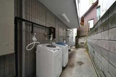 洗濯機は屋外に設置されています。(2020-10-13,共用部,LAUNDRY,1F)