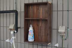 洗剤を置く棚が設置されています。(2020-10-13,共用部,LAUNDRY,1F)