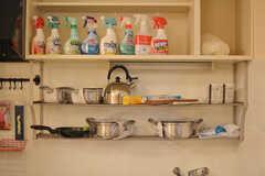 鍋やフライパン類、掃除用具などが収納されている棚。(2019-11-01,共用部,KITCHEN,1F)