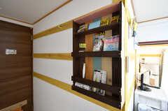 棚には文房具や掃除用具が収納されています。(102号室)(2019-11-01,専有部,ROOM,1F)