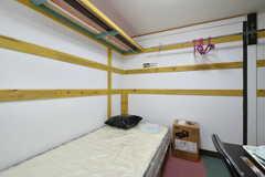 ポールハンガーは2面設置されています。(102号室)(2019-11-01,専有部,ROOM,1F)