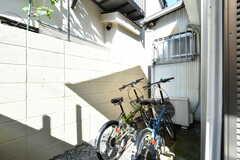 自転車置き場の様子。共用自転車が2台設置されています。(2019-11-01,共用部,GARAGE,1F)