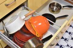 ガスコンロの下は共用のボウルや鍋が入れられています。(2018-02-15,共用部,KITCHEN,1F)