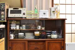 キッチン脇の食器棚の様子。電子レンジや食器が用意されています。(2018-02-15,共用部,KITCHEN,1F)