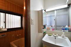 バスルームの脱衣室の様子。脱衣室には洗面台が設置されています。(2018-02-15,共用部,WASHSTAND,1F)