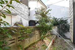 庭の様子。庭にはナンテン、バラ、カイヅカイブキ、グミの木が植えられています。(101号室)(2018-02-15,専有部,ROOM,1F)