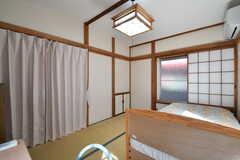 ドアの前には目隠し用のカーテンが用意されています。(102号室)(2018-02-15,専有部,ROOM,1F)