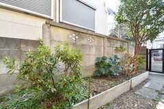 庭の様子。庭にはツツジ、キンカンが植えられています。(102号室)(2018-02-15,専有部,ROOM,1F)