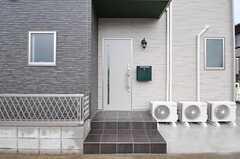 シェアハウスの玄関ドアの様子。ドアの隣には緑のポストがあります。(2012-10-18,周辺環境,ENTRANCE,1F)