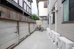 自転車置き場の様子2。建物の両側に置けるようになっています。(2012-10-18,共用部,GARAGE,1F)