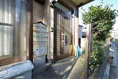 シェアハウスの正面玄関。ポストは専有部ごとに設置されています。(2016-03-01,周辺環境,ENTRANCE,1F)