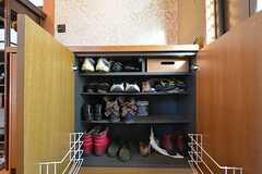 靴箱の様子。専有部ごと2足づつ収納ができます。(2016-03-01,周辺環境,ENTRANCE,1F)