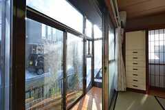 サンルームは道路に面しているため、カーテンが設置される予定。(101号室)(2016-03-01,専有部,ROOM,1F)