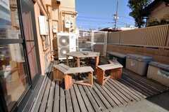 ラウンジからはウッドデッキに出られる。喫煙はこちらで。(2009-01-16,共用部,LIVINGROOM,1F)