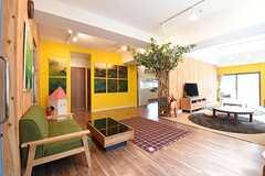 緑のソファが設置されています。(2016-07-04,共用部,LIVINGROOM,1F)