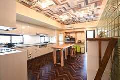 キッチンの様子。床も天井もヘリンボーン柄のシートが貼られています。(2016-07-04,共用部,KITCHEN,1F)