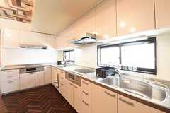 キッチンはL字型。シンク・IHクッキンヒーターが2台ずつ置かれています。(2016-07-04,共用部,KITCHEN,1F)
