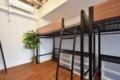 ロフトベッドで、下に収納スペースがあります。(204号室)(2016-05-17,専有部,ROOM,2F)