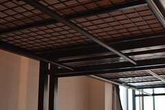 ベッドの下にハンガーがかけられます。(204号室)(2016-05-17,専有部,ROOM,2F)