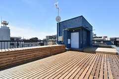 屋上の様子。ウッドデッキは入居者さんとワークショップで作ったのだそう。(2016-05-17,共用部,OTHER,5F)