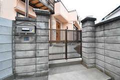 門扉の様子。門扉の脇に共用のポストが設置されています。(2020-02-14,周辺環境,ENTRANCE,1F)