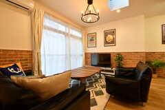 ソファスペースの様子2。奥にTVが用意されています。掃出し窓から庭へ出ることができます。(2020-02-14,共用部,LIVINGROOM,1F)