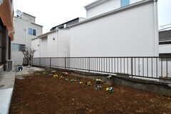 庭の様子。庭には菜園スペースが用意されています。奥は物干しスペースです。(2020-02-14,共用部,OTHER,1F)