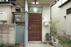 シェアハウスの正面玄関。(2008-09-15,周辺環境,ENTRANCE,1F)
