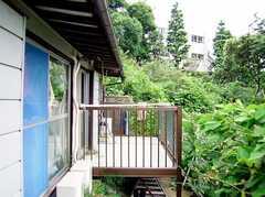 ベランダの様子。南向き斜面の高台に立っているため、どの部屋も眺望は抜群で日当たりも良し。(2006-06-15,共用部,OTHER,1F)