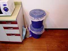 ゴミ箱の様子。(2006-06-15,共用部,OTHER,1F)