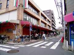 徒歩1分の距離にスーパー、コンビニが揃う。(2006-06-15,共用部,ENVIRONMENT,1F)