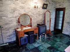 ラウンジに設置された共用TV(2006-06-11,共用部,TV,1F)