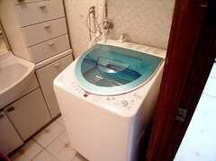 ランドリーの様子。洗濯機の上には乾燥機が設置されている。(2006-06-11,共用部,LAUNDRY,1F)