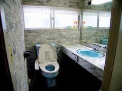 トイレの様子2。Fは衝撃の大理石張り!(2006-06-11,共用部,TOILET,1F)
